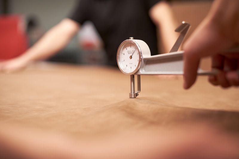 Każdy, nawet najdrobniejszy element mebla wykonywany jest z wielką starannością, aby powstały produkt spełniał najwyższe standardy jakości.